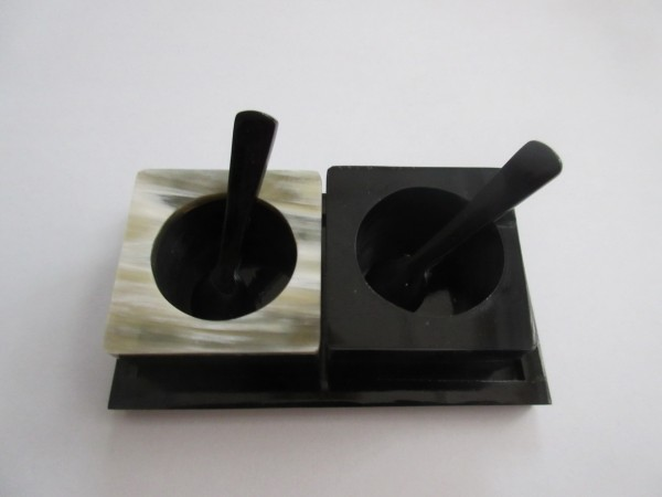 Salz und Pfeffer Schälchen aus Horn und Perlmutt, mit Dosierlöffelchen